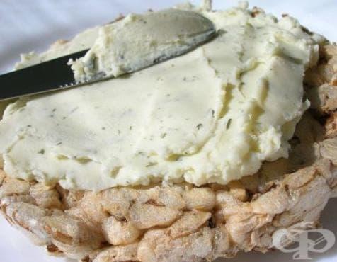 Домашно топено сирене от извара, масло и ароматни подправки - изображение