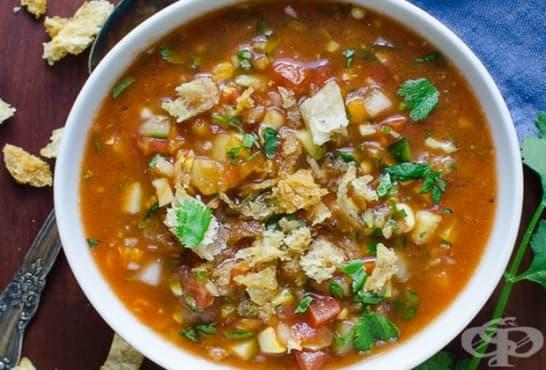 Доматена супа със зеленчуци и хляб - изображение