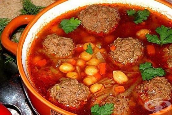 Доматена супа с настъргани картофи, кайма и нахут - изображение
