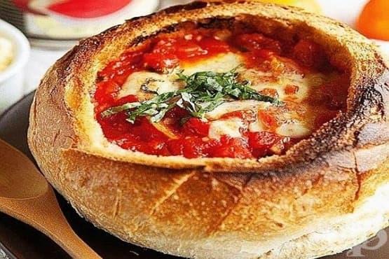 Доматена супа с лук и кашкавал в хлебна купа (на фурна) - изображение