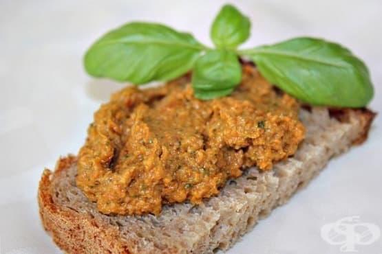 Доматен сос песто с орехи и пармезан - изображение