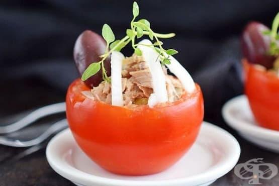 Предястие от домати с плънка от риба тон, майонеза и маслини - изображение