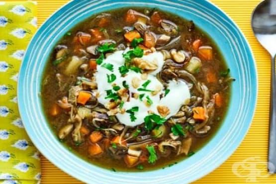 Гъбена супа с картофи и орехи - изображение