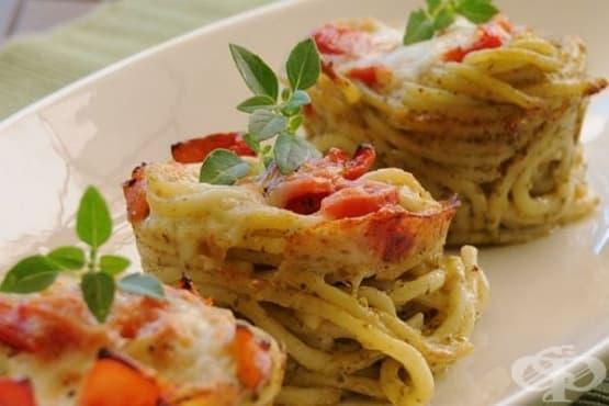 Гнезда от спагети с бекон, яйца и пармезан - изображение