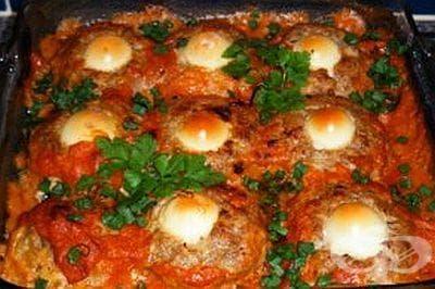 Гнезда от кайма с яйца в доматен сос - изображение