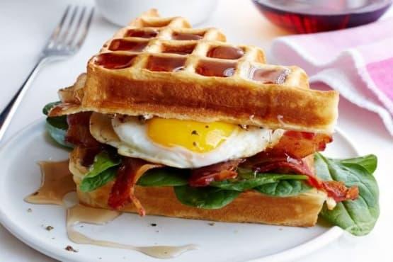 Сандвич с яйце, бекон и гофрети - изображение