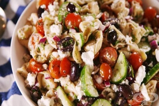 Гръцка салата с тортелини и зеленчуци - изображение
