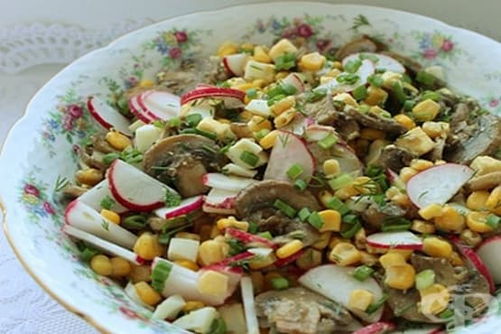 Гъбена салата със сварени яйца, репички, царевица и горчица - изображение