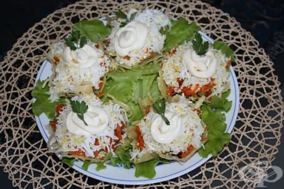 Гъбена салата с картофи и яйца в кошнички от пармезан - изображение