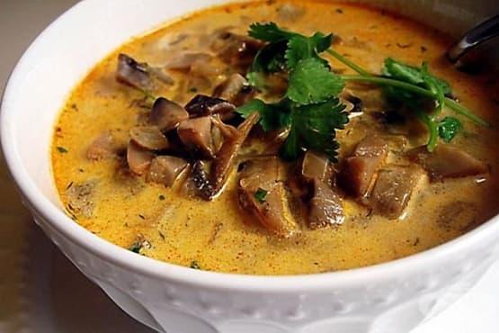 Гъбено-млечна супа със соев сос, чесън и копър - изображение