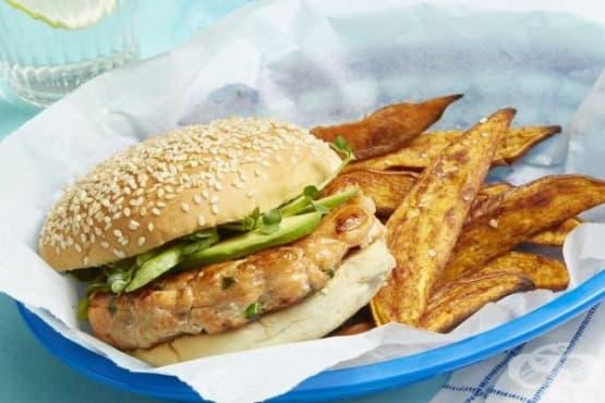 Хамбургер с кюфте от сьомга и гарнитура от сладки картофи - изображение