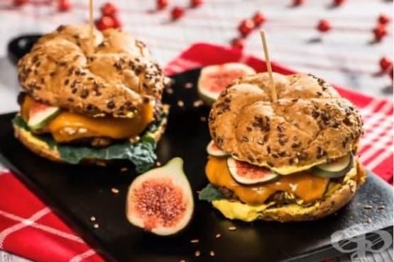 Хамбургер с чедър и смокини - изображение
