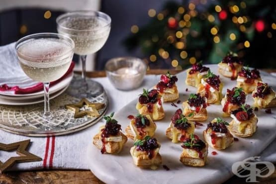 Ордьовър със сирене камембер и червени боровинки - изображение