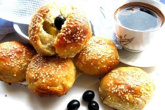 Хлебчета с плънка от маслини, топено сирене и кашкавал - изображение