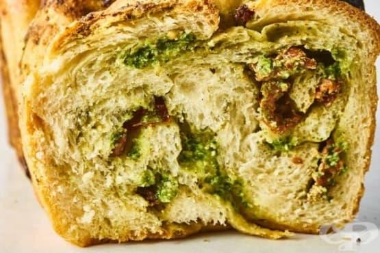 Плетен хляб бабка с песто и сушени домати - изображение