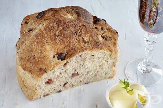 Бърз домашен хляб с яйца, орехи и маслини - изображение