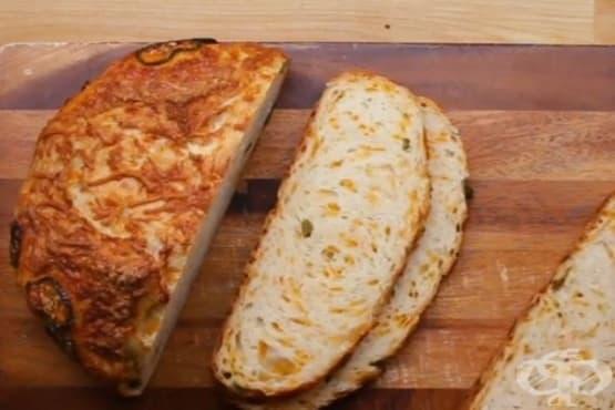 Хляб с чедър и люти чушки, печен в чугунен съд - изображение