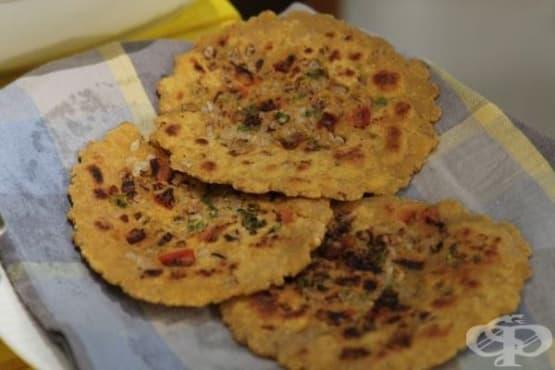 Индийски хляб Роти с домати и лук - изображение