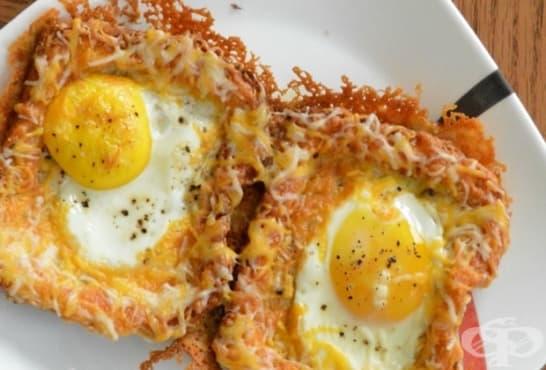 Хрупкави сандвичи с чедър, кашкавал и цели яйца - изображение