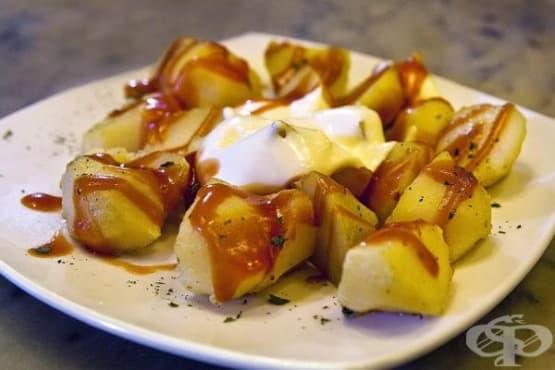Испански пържени картофи с доматен сос - изображение