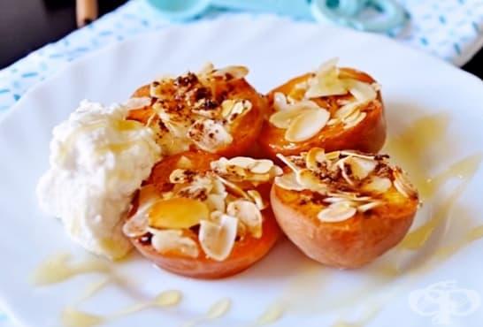 Печени кайсии с мед, канела и бадеми - изображение