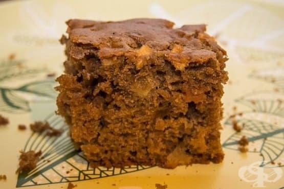 Какаов сладкиш с ябълкови парченца - изображение