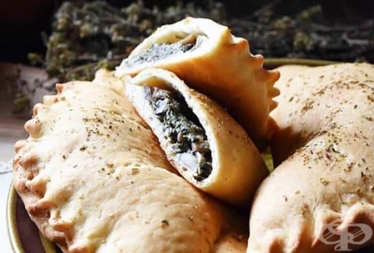Хрупкаво калцоне с гъби, спанак и топено сирене - изображение