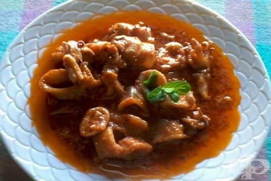 Калмари в доматен сос с чесън и лук - изображение