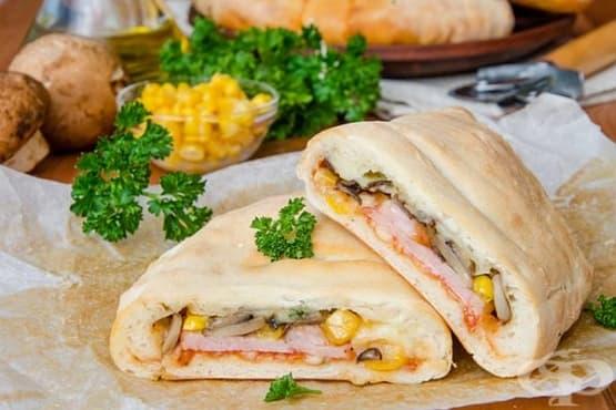 Пица Калцоне с шунка, моцарела, печурки и царевица - изображение