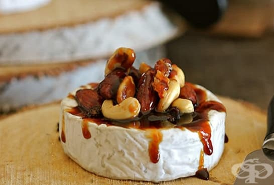 Запечен камембер с карамел, кашу и бадеми - изображение