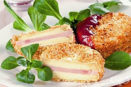Панирано сирене камембер с шунка и боровинково сладко - изображение