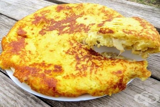 Картофена баница на тиган с плънка от пилешко и кашкавал - изображение