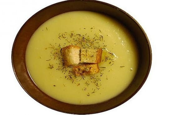 Картофена крем-супа с праз и чеснови крутони - изображение