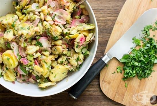 Картофена салата с репички и кисели краставички - изображение