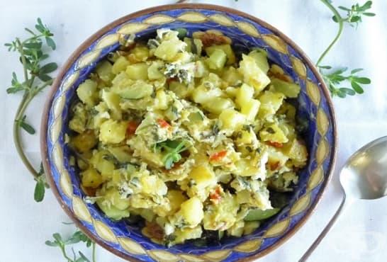 Салата от картофи с краставички, майонеза и тученица - изображение