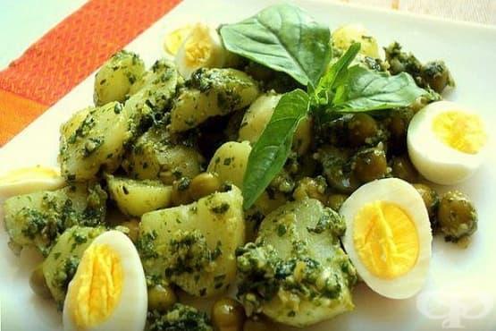 Картофена салата с пъдпъдъчи яйца, грах и сос песто - изображение