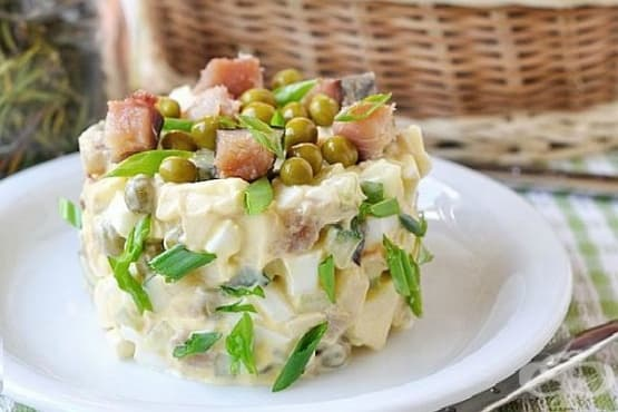 Картофена салата с пушена скумрия, извара и яйца - изображение