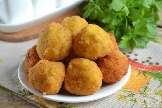 Хрупкави картофени хапки с горски гъби и лук - изображение