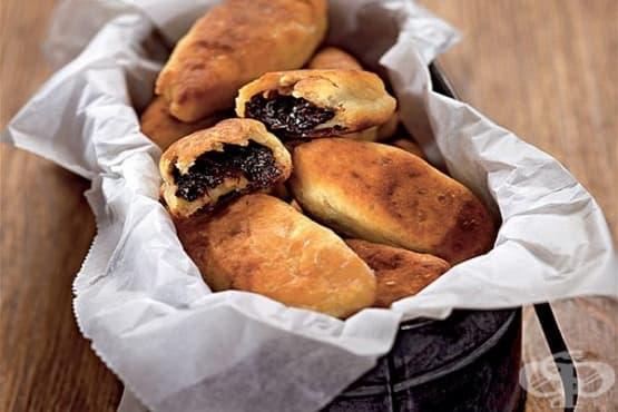 Пържени картофени пирожки с плънка от сушени сини сливи - изображение