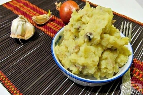 Картофено пюре с печурки, задушено зеле и лук - изображение