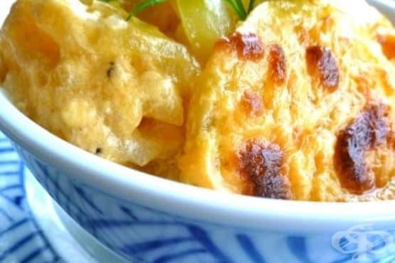 Печени картофи с лук и бял сос - изображение