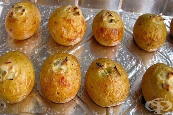 Цели печени картофи с плънка от кашкавал, масло, майонеза и копър - изображение