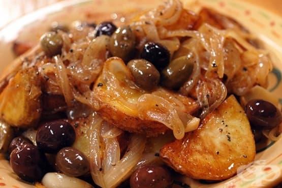 Червени картофи с маслини, лук и кедрови ядки - изображение