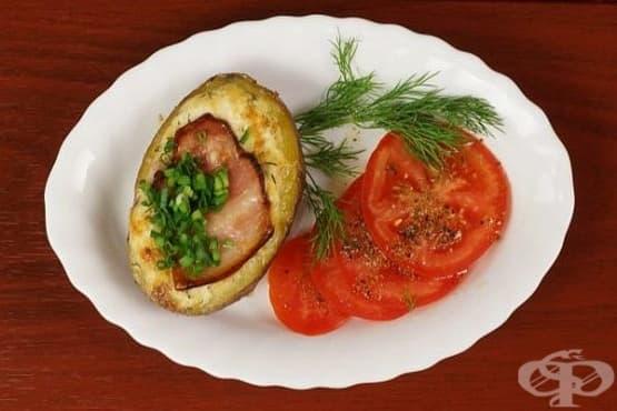 Варено-печени картофи със свински гърди, топено сирене и извара - изображение