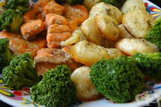 Печени картофи със сьомга и броколи - изображение