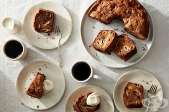 Кекс сябълка, ядки и сушени смокини - изображение