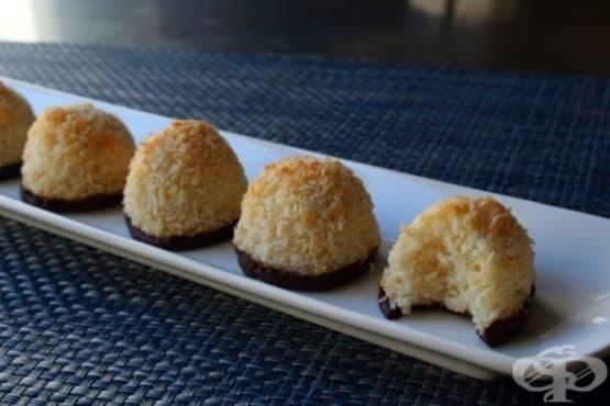 Кокосови сладки, потопени в шоколад - изображение