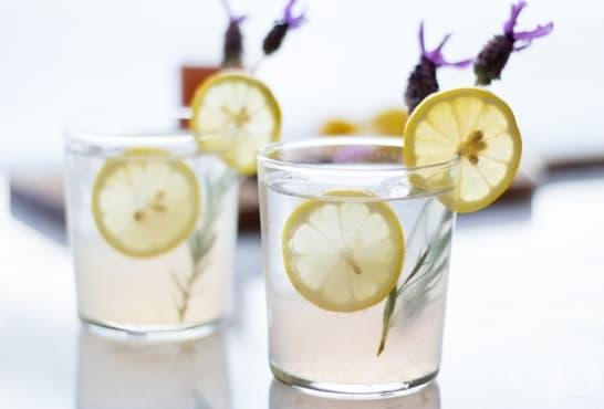 Коктейл с лимони, шампанско и лавандула - изображение