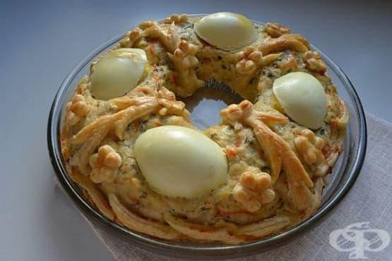 Коледен венец от пилешко със сварени яйца и бутер тесто - изображение