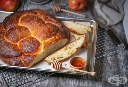 Козуначена плетена пита с ябълки и мед - изображение